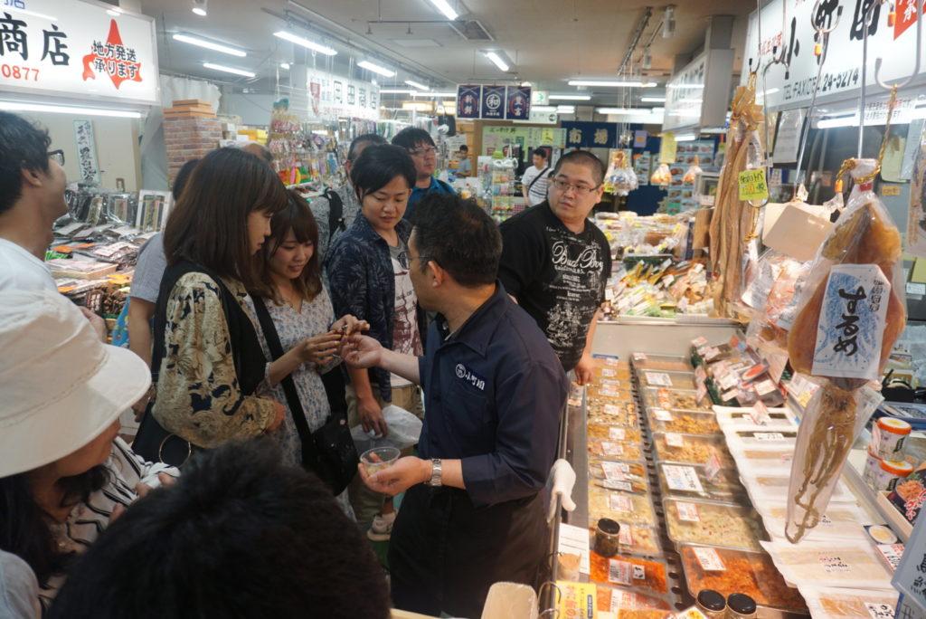 カーナさんと千田さんに連れられ、いろいろなお店を回っていきます。