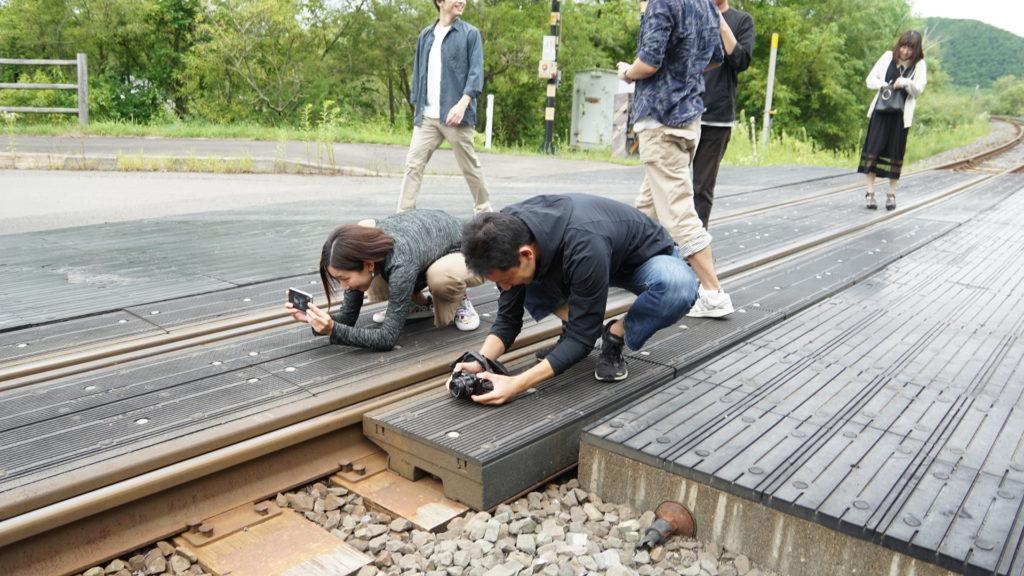 なんと、この駅はカヌーで川下りをする人のためだけに作られたのだそうです。都会ではあまり見ることのない単線にテンションの上がるメンバーたち。